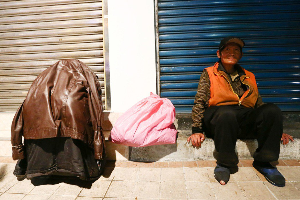 街友與其行囊,上面披了一件不合時節的厚重外套。記者王騰毅/攝影