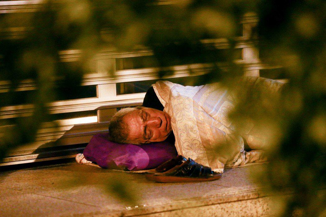 勸離半小時後,街友又回到原處睡覺,問題依然無解。記者王騰毅/攝影