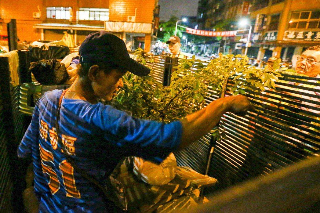 台北市萬華富福里內一位街友占據變電箱圈起的空間,巡守隊員勸他趕快去找工作,他大喊...