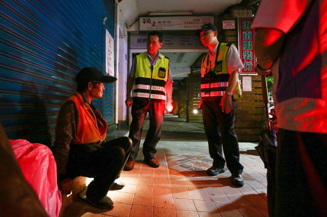萬華富福里守望相助隊成員在夜間勸離盤據街頭的街友。記者王騰毅/攝影