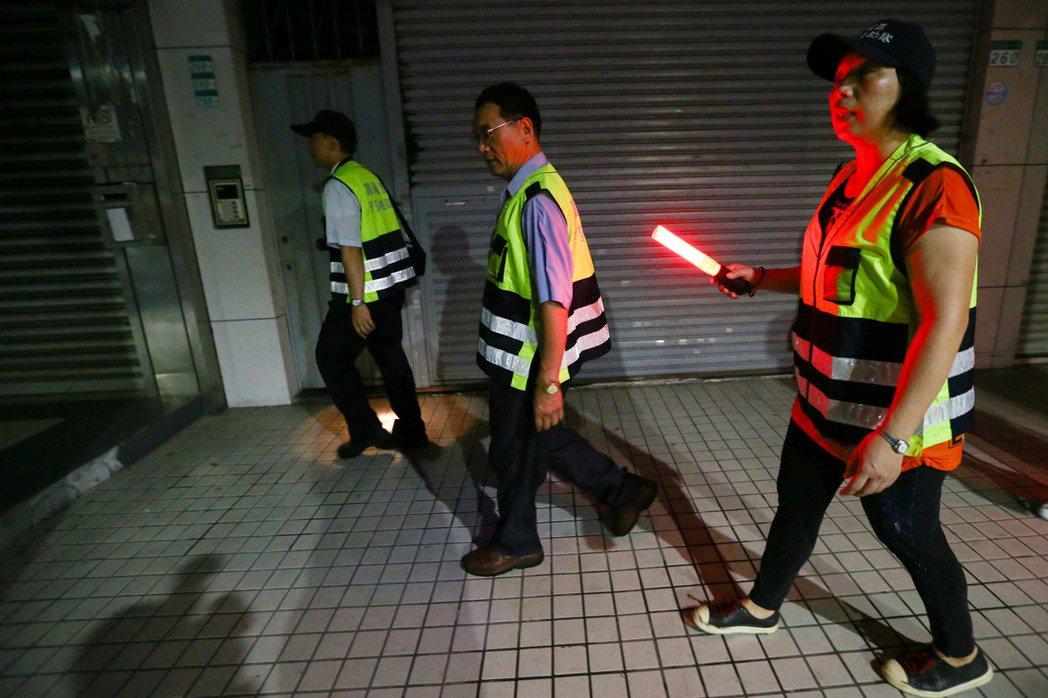 萬華富福里守望相助隊成員在夜間走入街道暗巷勸離盤據街頭的街友。記者王騰毅/攝影