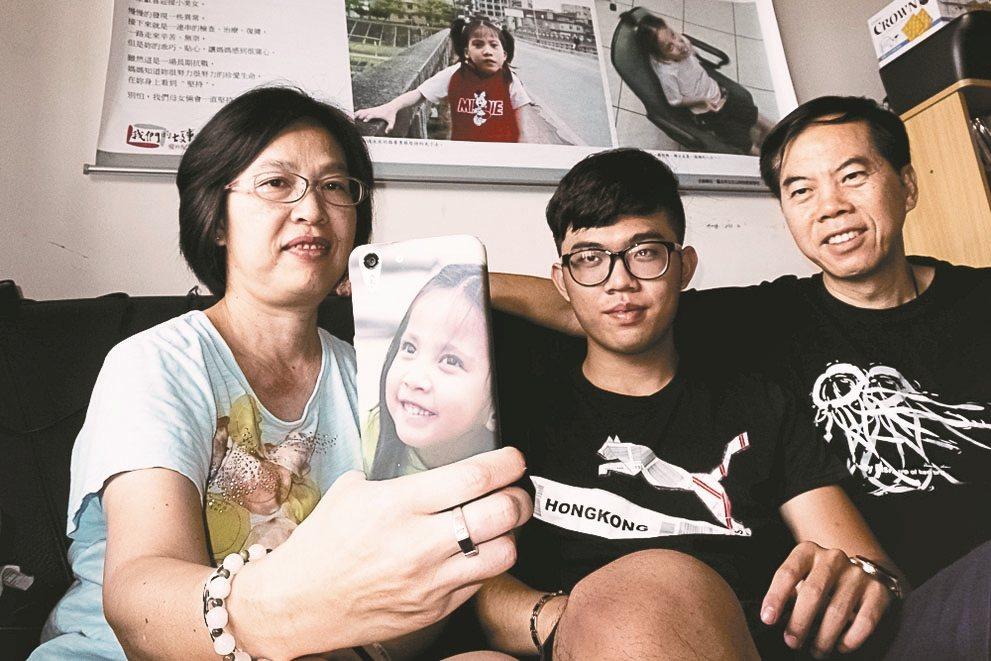 秦壽高將過世的女兒逸芳照片做成手機殼,找來全家一起合照。 圖/秦壽高提供