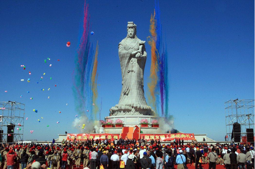 2012年9月28日,大甲鎮瀾宮投資興建高達42.3公尺的巨型媽祖像在天津濱海新區落成。 圖/新華社