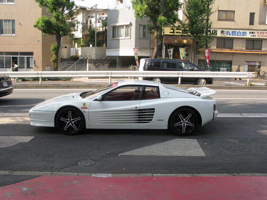 日本一輛Ferrari Testarossa被車主改得與眾不同。 摘自Carscoops.com