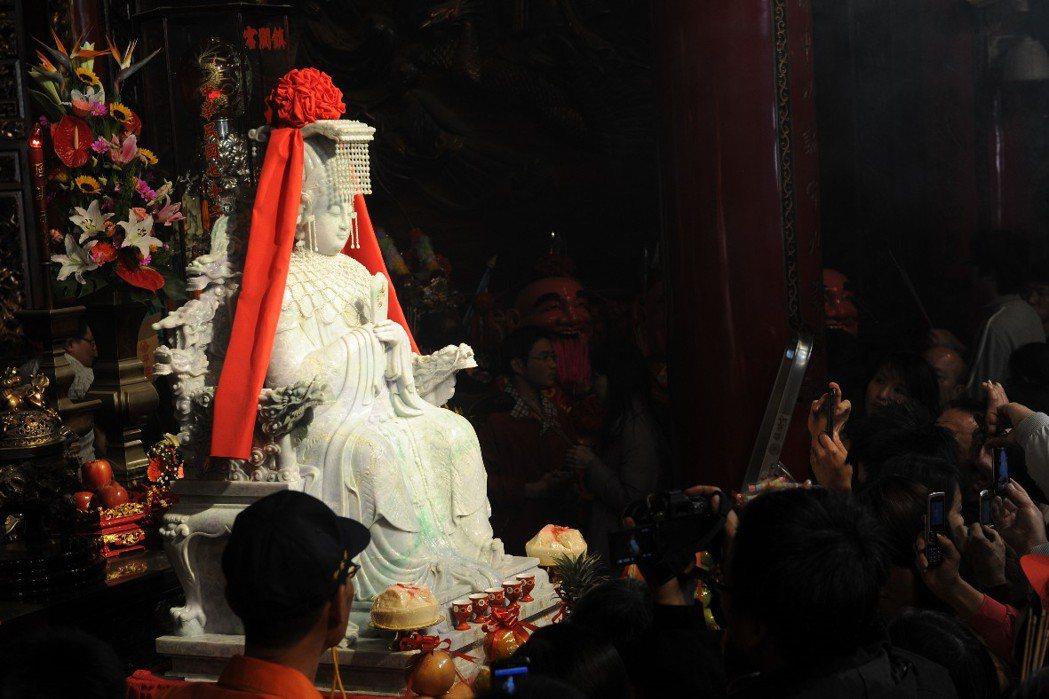 2011年湄洲媽祖廟贈大甲鎮瀾宮翡翠媽祖像。 圖/新華社