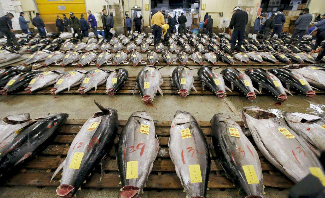 日本水產廳對於水產品交易名稱有統一規定,須標明水產名稱、原產地、消費期限、加工廠名等。 圖/路透社