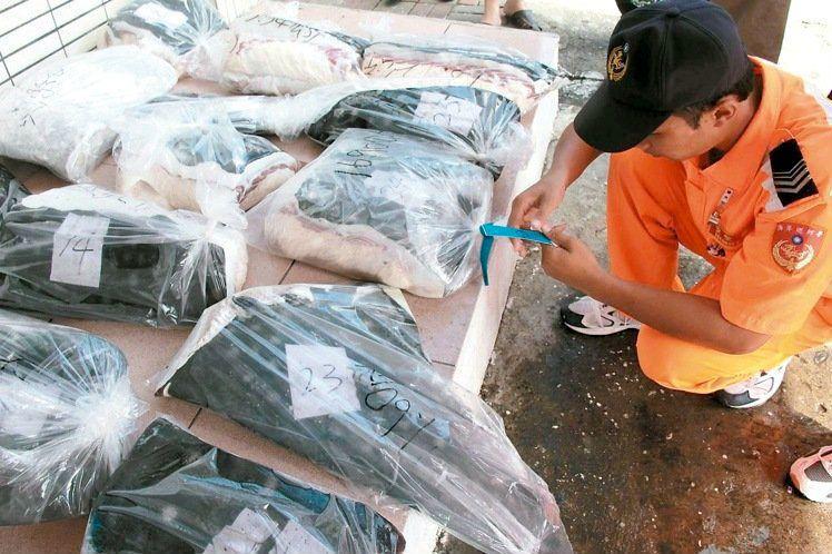台灣漁船因非法濫捕,去年遭歐盟列入打擊「非法漁業」的黃牌警告名單,海巡署加強取締查獲非法捕鯊。 圖/聯合報系