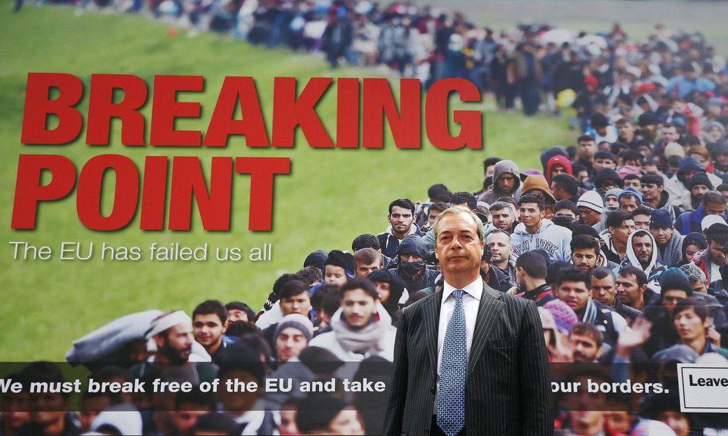 慣於使用極具爭議、被批評為種族歧視的反移民海報的法拉吉(圖前),將整場公投的焦點...