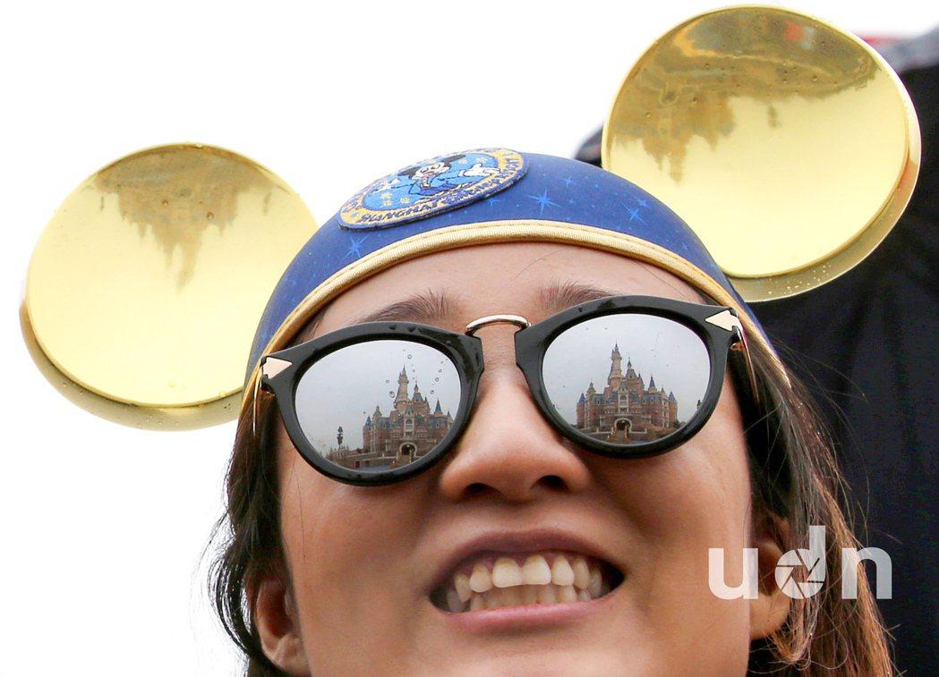 上海迪士尼樂園16日正式營業,許多嘉賓頭戴米奇頭飾出席開幕典禮。記者余承翰/攝影