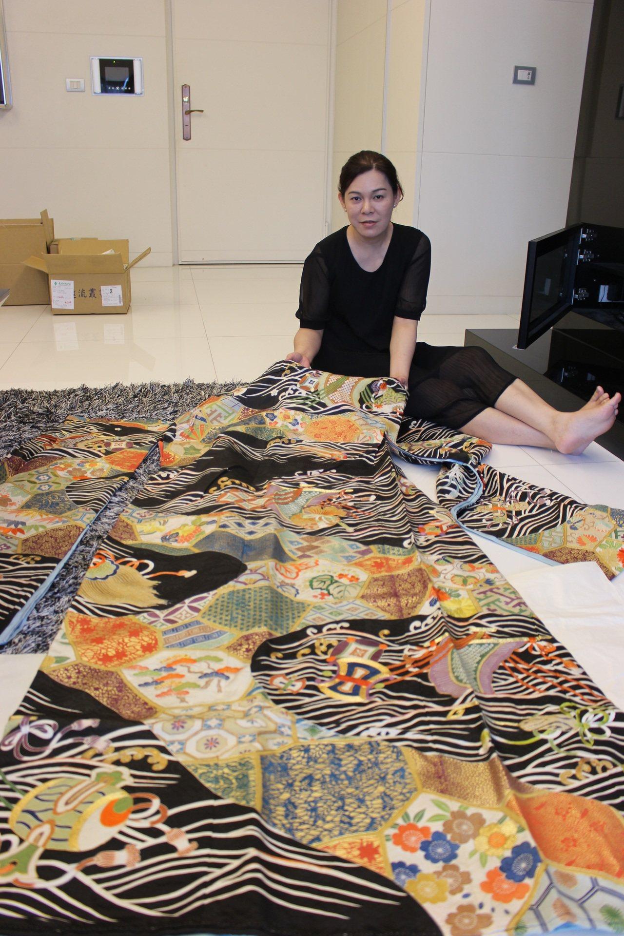 外婆為田中實加製作的成年禮和服,上頭有象徵台灣海洋的波浪。記者陳宛茜/攝影