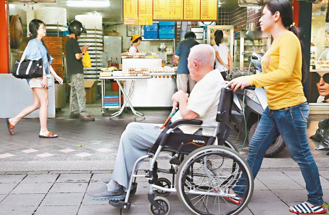 「阿公以前真的是董事長,原本重度中風、輕度失智,來到日照後,一開始很排斥,後來工作人員每天假扮員工,向他報告工廠出貨進度,現在行走自如,失智並未惡化。」台南市YMCA社會福利慈善基金會社工員陳蕙琦說。 記者林俊良/攝影