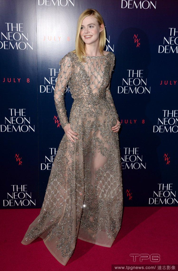 艾兒芬妮穿了 Elie Saab 蕾絲禮服現身電影首映,灰色調的優雅加上不同造型...