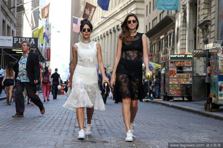 時裝周場外,街拍達人們用蕾絲洋裝搭配白色休閒鞋,混搭隨興風格,完全解決許多人擔心...