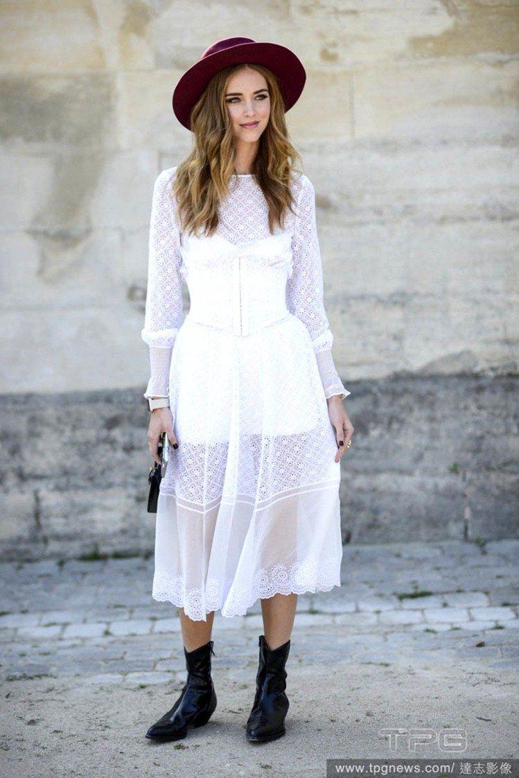 知名部落客 Chiara Ferragni 用尖頭靴搭配白色蕾絲洋裝,再用一頂紅...