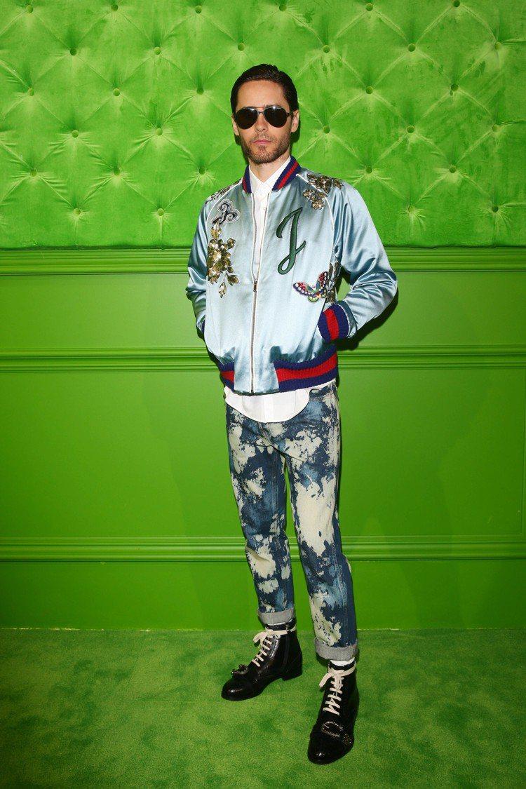 傑瑞德雷托穿著GUCCI絲質刺繡夾克搭配藍色水洗丹寧褲。圖/GUCCI提供