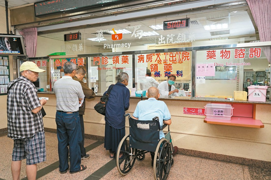 台中榮總埔里分院設有「藥物諮詢」櫃台,方便民眾洽詢。 記者陳妍霖/攝影