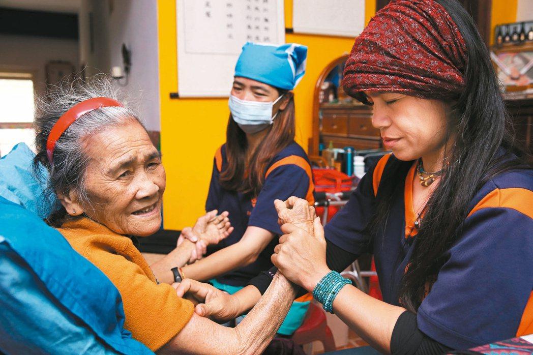 張淑蘭是蘭嶼第一位居家護理師,投入蘭嶼老人照護工作近20年,這些服務原本都遭到抗...