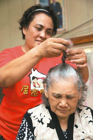 80歲的阿梅阿嬤,年輕時在烏來跳舞迎接觀光客,嫁到宜蘭大同鄉崙埤部落,兩年前中風...