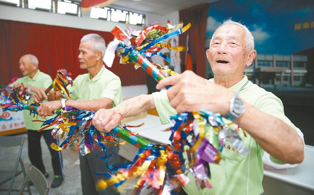 84歲的銘坤阿公老伴已走,但他周一至周五每天騎半小時摩托車,從水底寮來到枋寮鄉東...