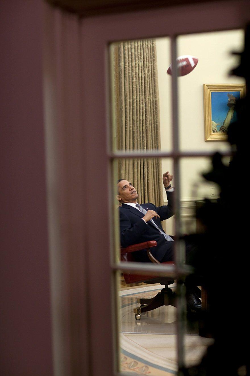 開會前,歐巴馬在自己的辦公室丟著球。photo by Pete Souza