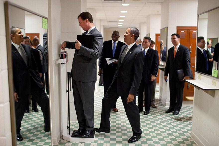 歐巴馬的隨行隊伍人員之一,準備要量體重時,歐巴馬調皮的伸出一隻腳故意踩在體重計上...