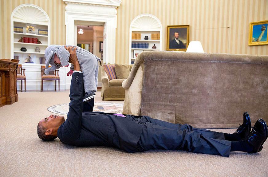羅茲(Ben Rhodes)的女兒艾拉(Ella)到訪白宮,躺在地上的歐巴馬高舉...