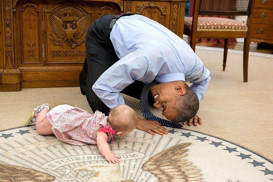 歐巴馬趴在地下跟孩子玩。photo by Pete Souza