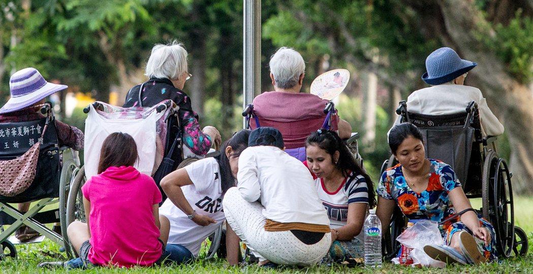 台灣人口老化問題嚴重,許多家庭都仰賴外籍看護來照顧家中失能的長者。 本報資料照片