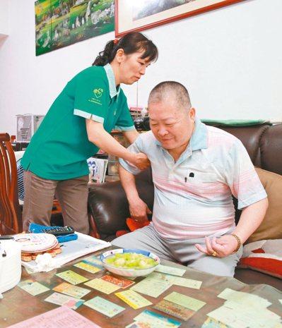 5月24日下午2點,位在台中市民權路的弘道老人福利基金會501會議室裡,擠滿了來...