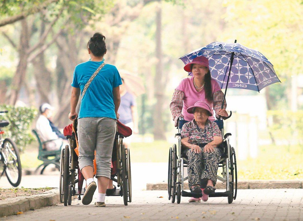 22萬的外籍看護工是台灣的長照主力,如果東協國家經濟發展了,外勞不來,台灣老人將...