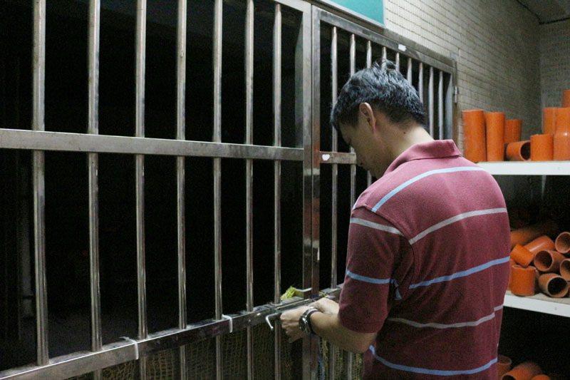吳杰穎開啟的這扇鐵門,便是張翔舜每日國手練習必經的路。圖/林佳瑾攝