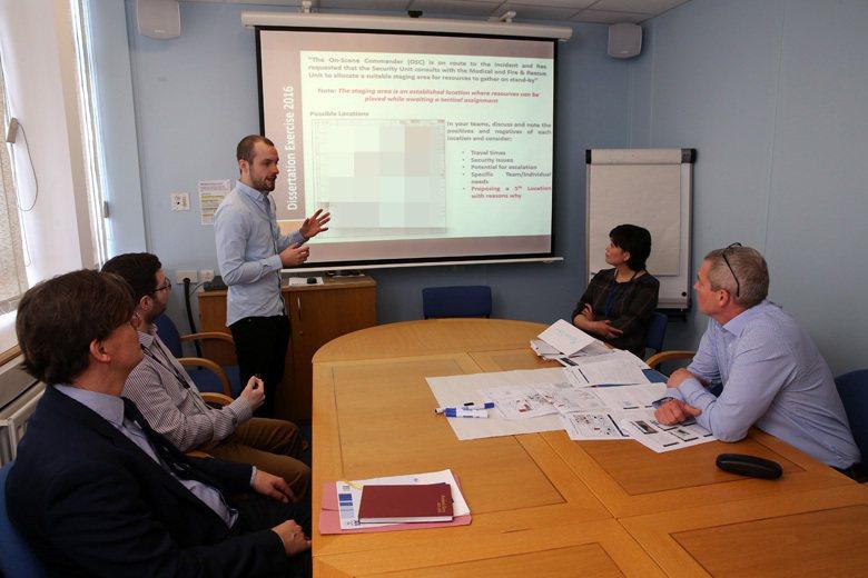 英國考文垂大學災害管理系,教授與學生一起討論報告內容。 攝影/胡經周