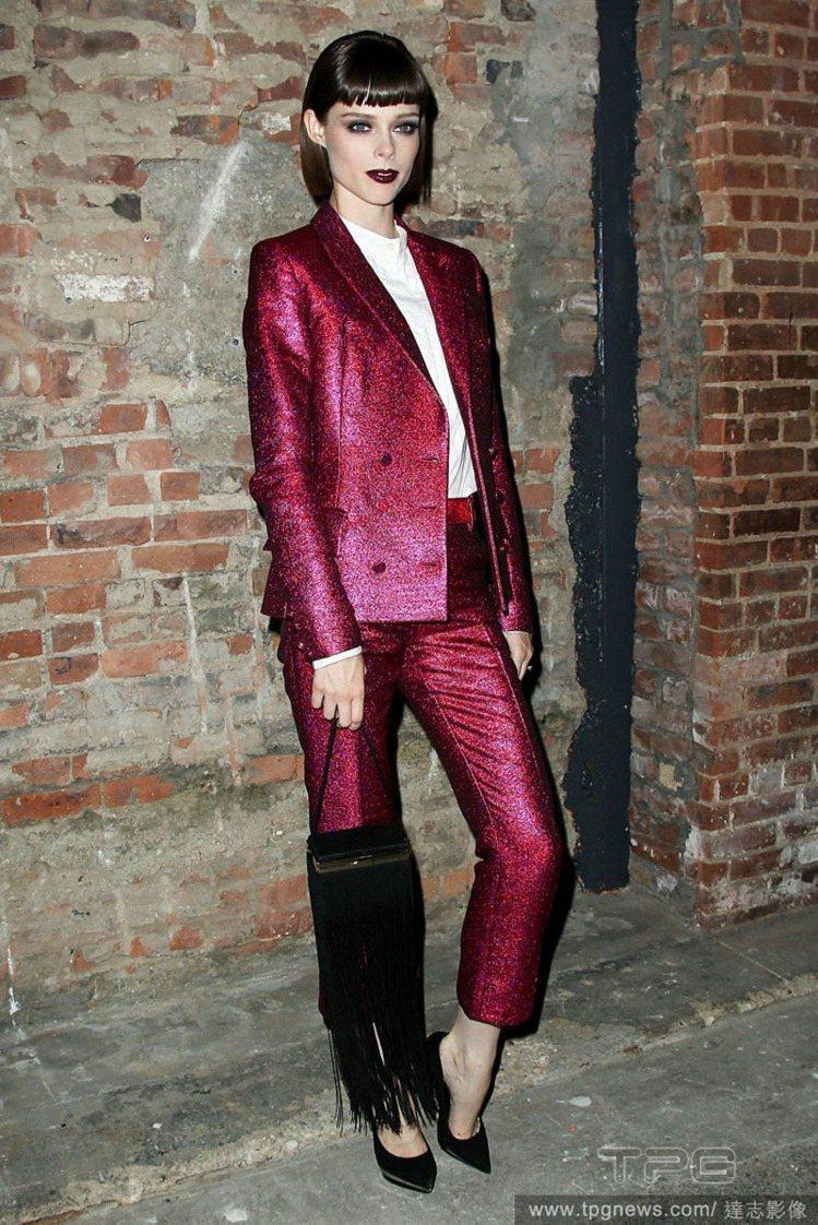 Coco Rocha以豔麗妝容打造魅惑西裝look。圖/達志影像