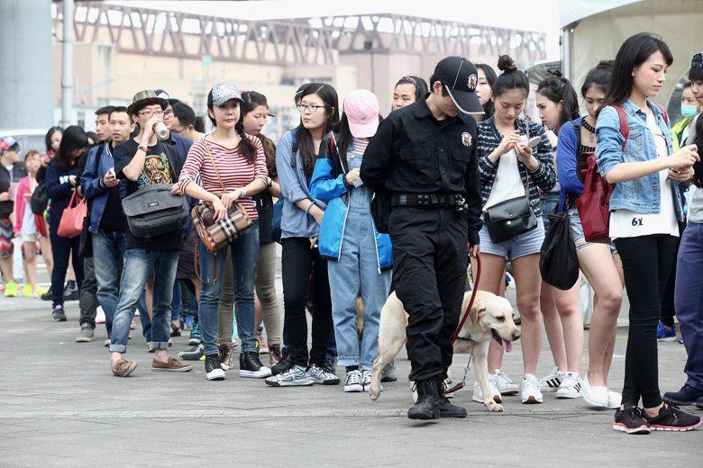 今年春浪音樂節移師台北大佳河濱公園舉辦,警方派出緝毒犬、偵爆犬維安。 攝影/余承...