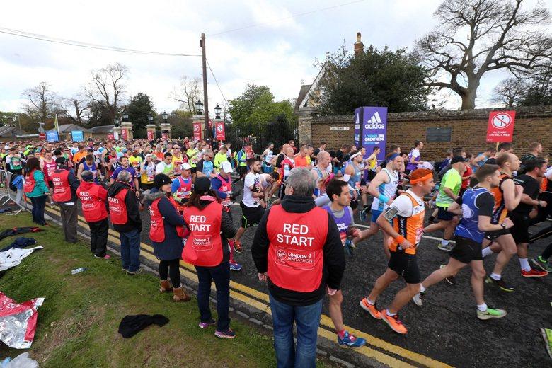 背心上寫有RED START字樣的工作人員,他們是一般跑者路線的諮詢志工,接手報...