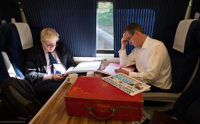 昔日戰友如今成為勁敵。圖為2014年英國大選,強森與卡麥隆的保守黨競選列車。 圖...