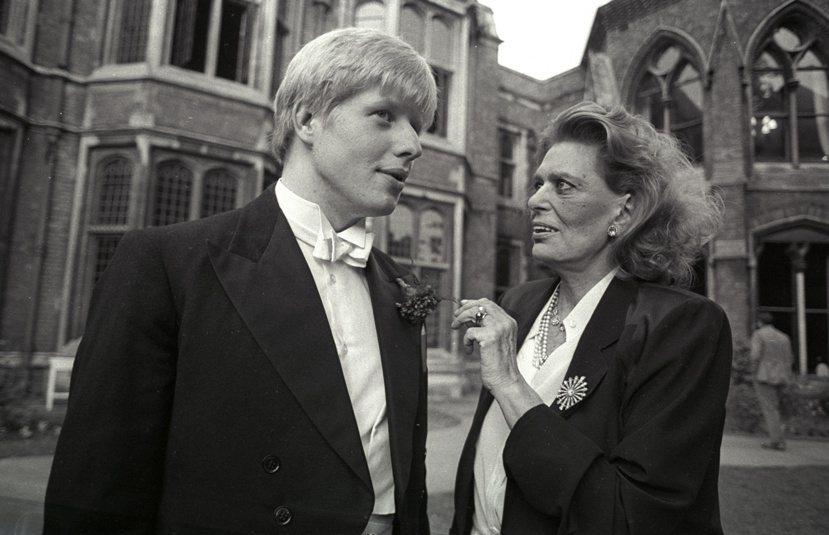 1986年,擔任牛津大學學生會會長的強森(左),接待來訪演說的希臘文化部長莫寇麗...
