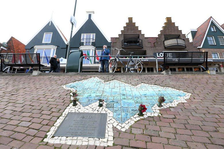 荷蘭福倫丹大火發生地原址,現以改建為戲院,事發現場前的防波堤繪有壁畫,說明當年案...