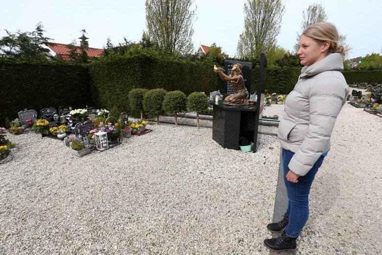 荷蘭福倫丹大火罹難者墓園的紀念銅像。 攝影/胡經周