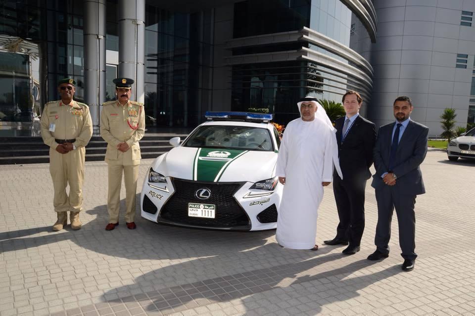 日前杜拜警察在United Arab Emirates道路加強取締飆車族,維護民眾行車安全。 摘自carscoops.com