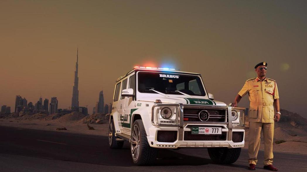 追捕過程中飆車族一路狂飆,甚至有駕駛者為了躲避警方攔查,關閉大燈行駛行為相當危險。 摘自motor1.com