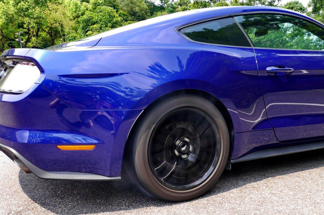 ,源自於美國直線加速競賽的Line Lock暖胎前輪鎖配置,使用起來頗為熱血。 記者史榮恩/攝影