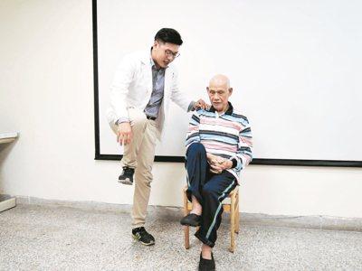 復健科林瑞祥醫師教林伯伯簡易的復健運動。 圖/花蓮醫院提供
