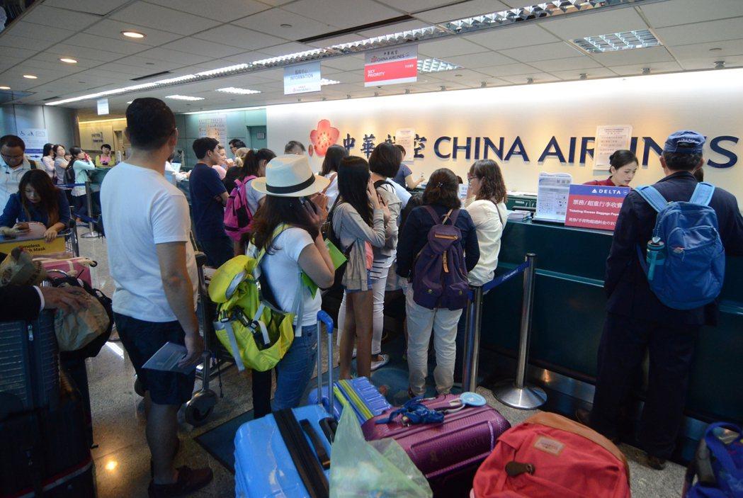 受到華航空服員罷工影響,桃園機場華航櫃檯前大排長龍,約近百公尺,有旅客大聲咆哮抱...