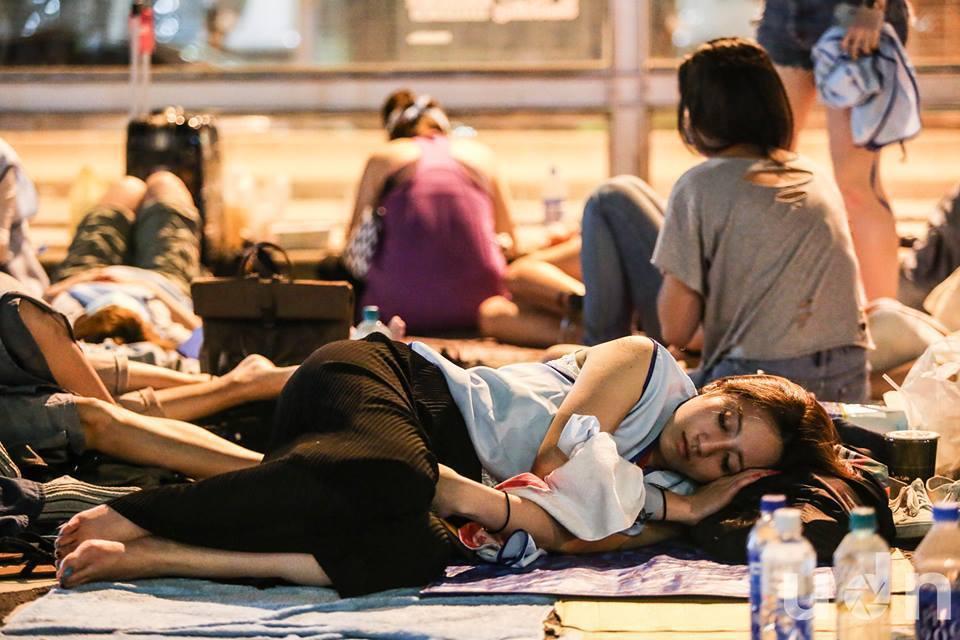 華航空服員凌晨12點正式罷工,空服員們夜宿南京東路。 記者楊萬雲/攝影