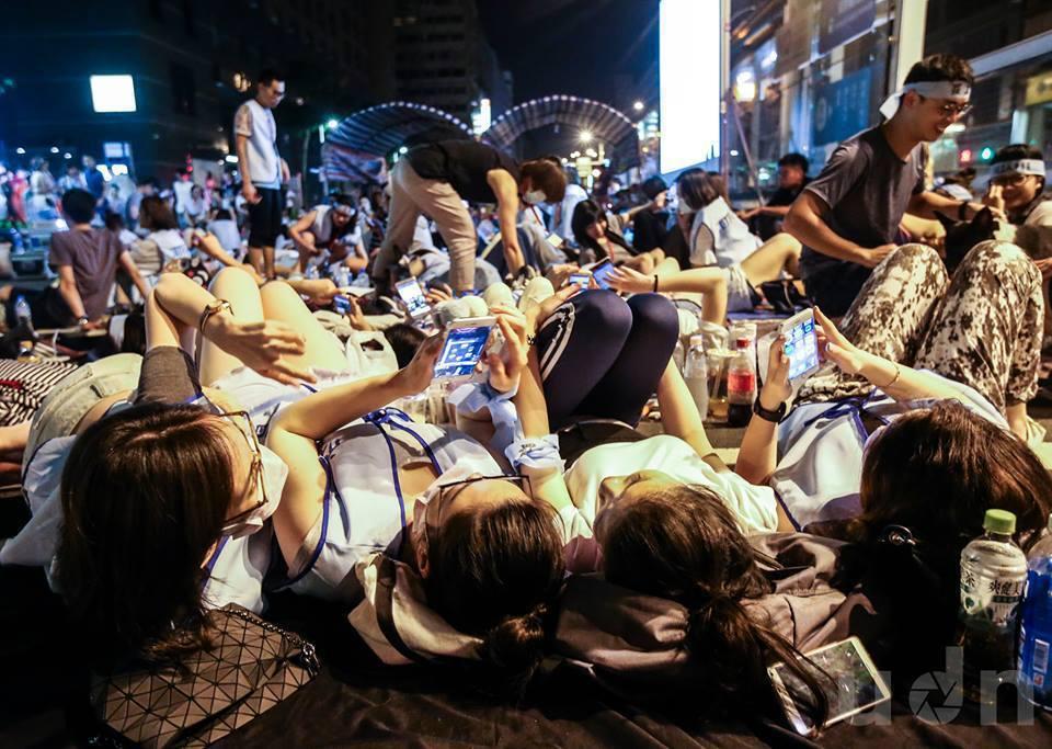 華航空服員凌晨12點正式罷工,空服員們夜宿南京東路,一邊滑手機一邊度過漫漫長夜。...