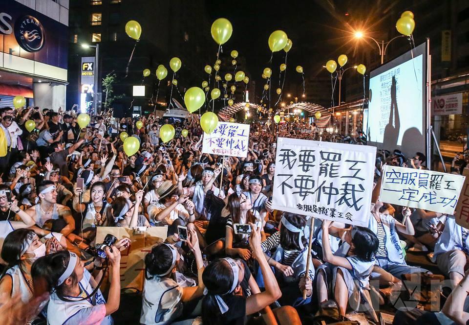 華航空服員凌晨12點正式宣告罷工並施放氣球。 記者楊萬雲/攝影