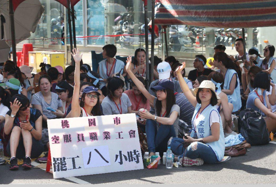 華航空服員上午頂著大太陽持續罷工,罷工已邁入第八小時。 記者林俊良/攝影