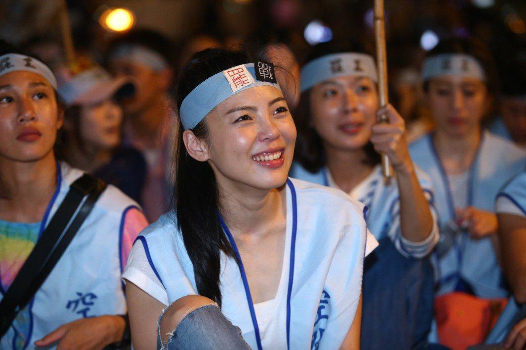 為了爭取勞動權益,華航空服員在罷工現場眼眶泛淚。 記者陳柏亨/攝影