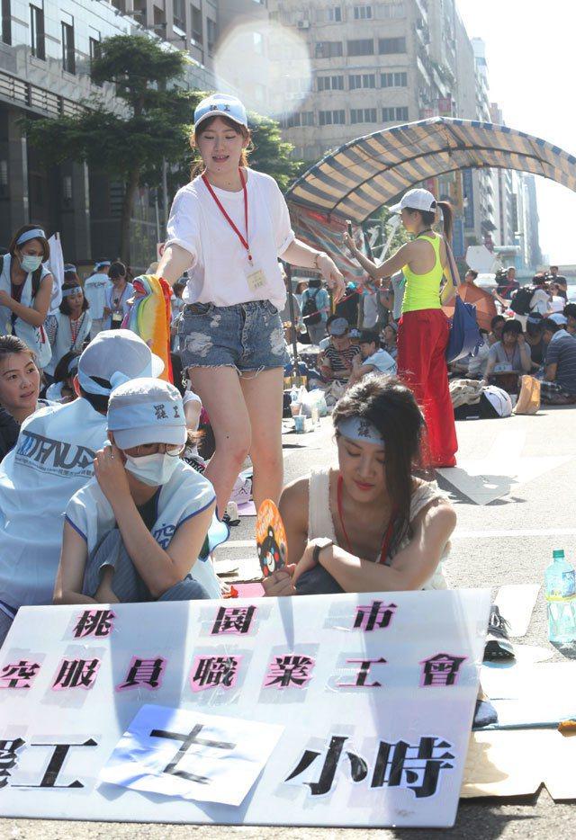 華航空服員上午頂著大太陽持續罷工,罷工已邁入第七小時。 記者林俊良/攝影
